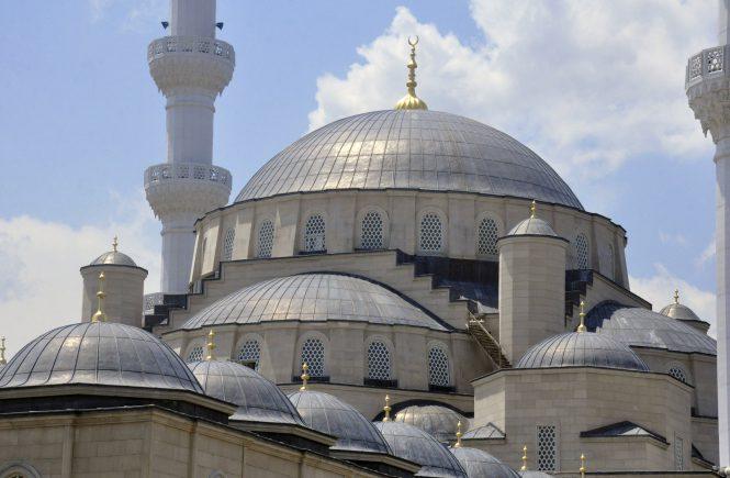 Türkiye Diyanet Vakfının (TDV) Kırgızistan'ın başkenti Bişkek'te yaptırdığı Orta Asya'nın en büyük cami ve külliye inşaatı tamamlandı. Yapımına 2012 yılında başlanan cami ve külliyesi, Osmanlı mimarisine uygun inşa edildi.  ( Nezir Aliyev - Anadolu Ajansı )