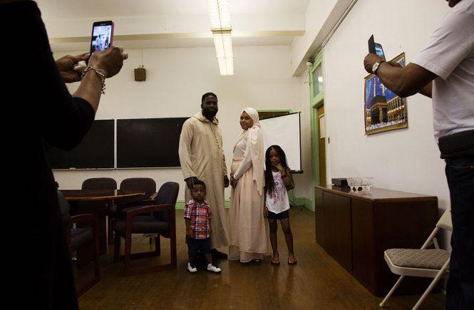 Йасим (слева) и Самия позируют родственникам после своей свадьбы в Мечети Филадельфии всего за несколько часов до начала Священного месяца Рамадан  [Annie Risemberg/Al Jazeera]